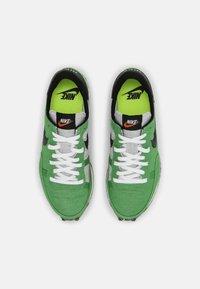 Nike Sportswear - CHALLENGER OG UNISEX - Trainers - green/black/sail/white - 3