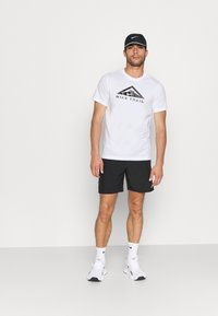 Nike Performance - TEE TRAIL - T-shirt med print - white - 3