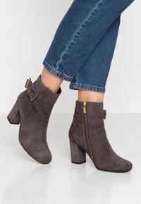 Carvela Comfort - RHONA - Korte laarzen - grey - 0