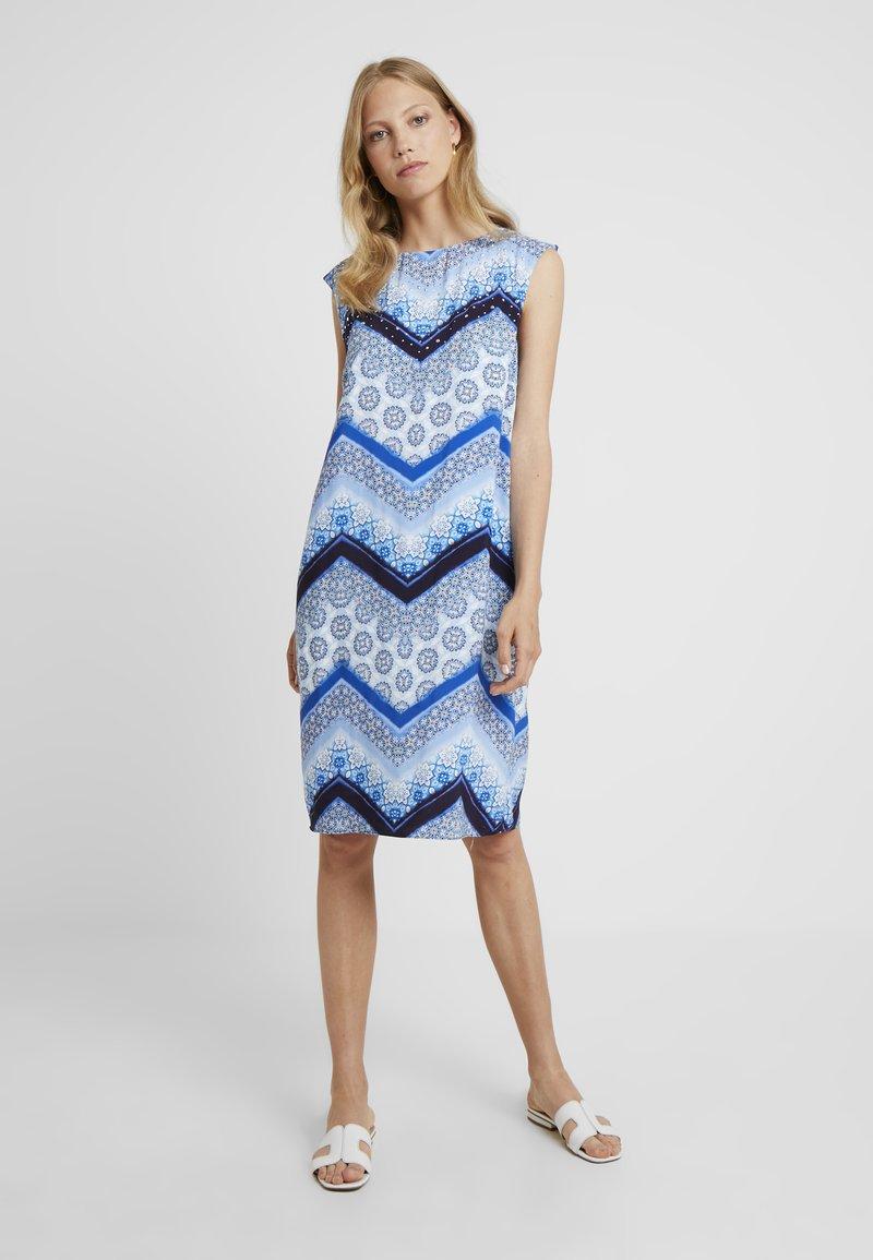 Wallis Tall - CHEVRON HOTFIX PINNY - Vapaa-ajan mekko - blue