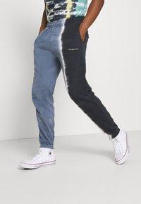 Mennace - SPLIT DYE REGULAR JOGGER - Tracksuit bottoms - grey - 0