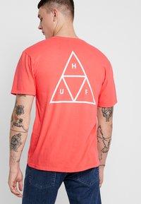 HUF - ESSENTIALS TEE - Print T-shirt - cayenne - 2