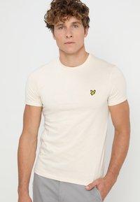 Lyle & Scott - PLAIN - T-shirt - bas - seashell white - 0