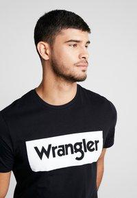 Wrangler - LOGO TEE - T-shirt z nadrukiem - black - 3