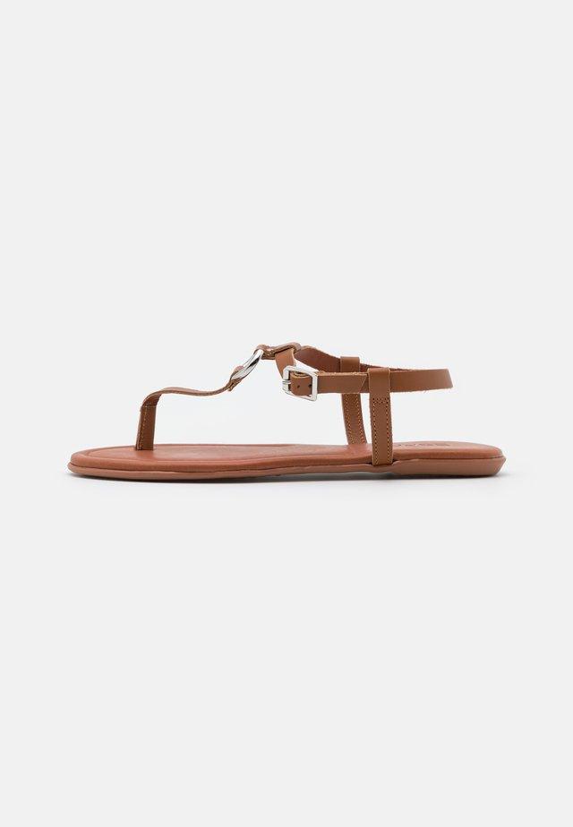 KONA THONG - Sandály s odděleným palcem - caramel
