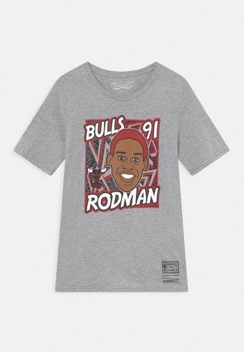 NBA KING OF THE COURT DENNIS RODMAN TEE UNISEX - Print T-shirt - grey