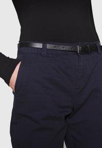Vero Moda - VMFLASH BELT COLOR PANT - Pantalon classique - night sky - 5