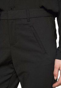 Vero Moda Tall - VMVICTORIA ANTIFIT ANKLE PANTS - Trousers - black - 4