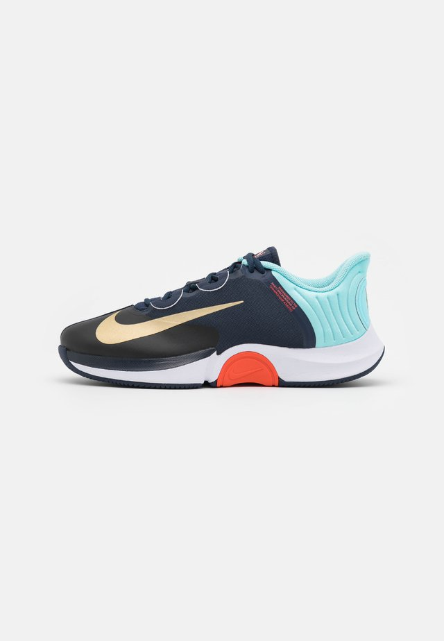COURT AIR ZOOM GP TURBO - Scarpe da tennis per tutte le superfici - obsidian/metallic gold/copa/white