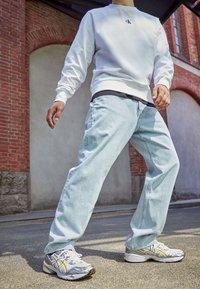 ASICS SportStyle - GEL-1090 - Sneakersy niskie - white/saffron - 0