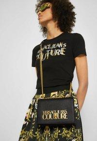 Versace Jeans Couture - SAFFIANO LOCK CROSSBODY - Torba na ramię - nero - 4