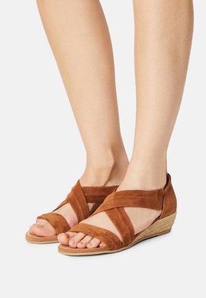NUNCA.RIB3 - Wedge sandals - ante whisky