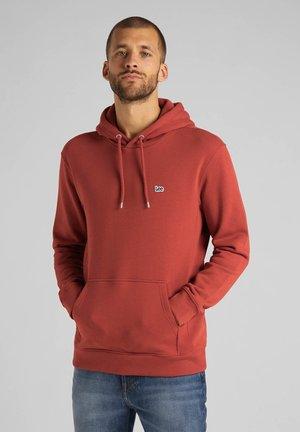 PLAIN HOODIE - Bluza z kapturem - red ochre