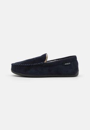 DECLAN - Slippers - navy/red