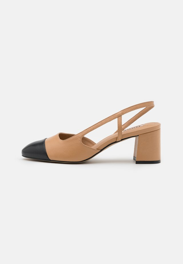 WIDE FIT CROFTS - Classic heels - camel
