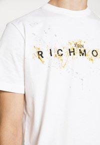 John Richmond - ILESANDI - Print T-shirt - off white - 5