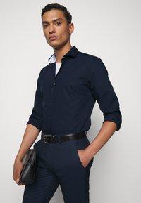 HUGO - ERRIK SLIM FIT - Formal shirt - navy - 3