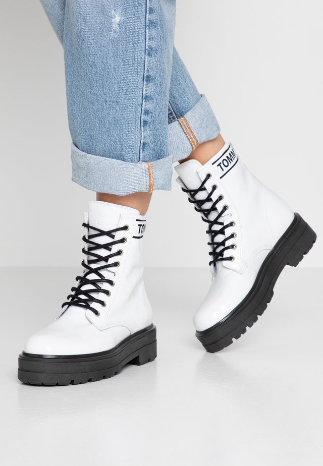 PATENT FLATFORM BOOT - Platform ankle boots - white