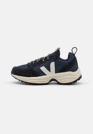 VENTURI - Trainers - nautico/pierre/black