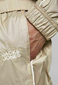 Jack & Jones - Träningsbyxor - crockery - 3