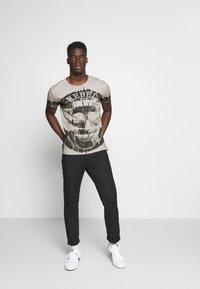 Key Largo - REBEL ROUND - Print T-shirt - silver - 1