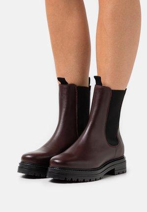 KENSINGTON BOOT - Kotníkové boty na platformě - black/ox blood