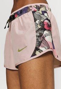 Nike Performance - 10K SHORT FEMME - Krótkie spodenki sportowe - pink oxford/ironstone/metallic gold - 5