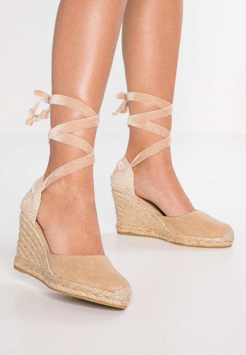 ALOHAS - CLARA BY DAY - Sandály na vysokém podpatku - stone beige