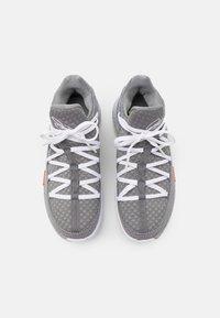 Nike Performance - LEBRON XVII LOW - Basketballsko - particle grey/white/light smoke grey/black/multicolor - 3
