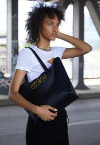 Versace Jeans Couture - SAFFIANO LOCK - Tote bag - nero - 3