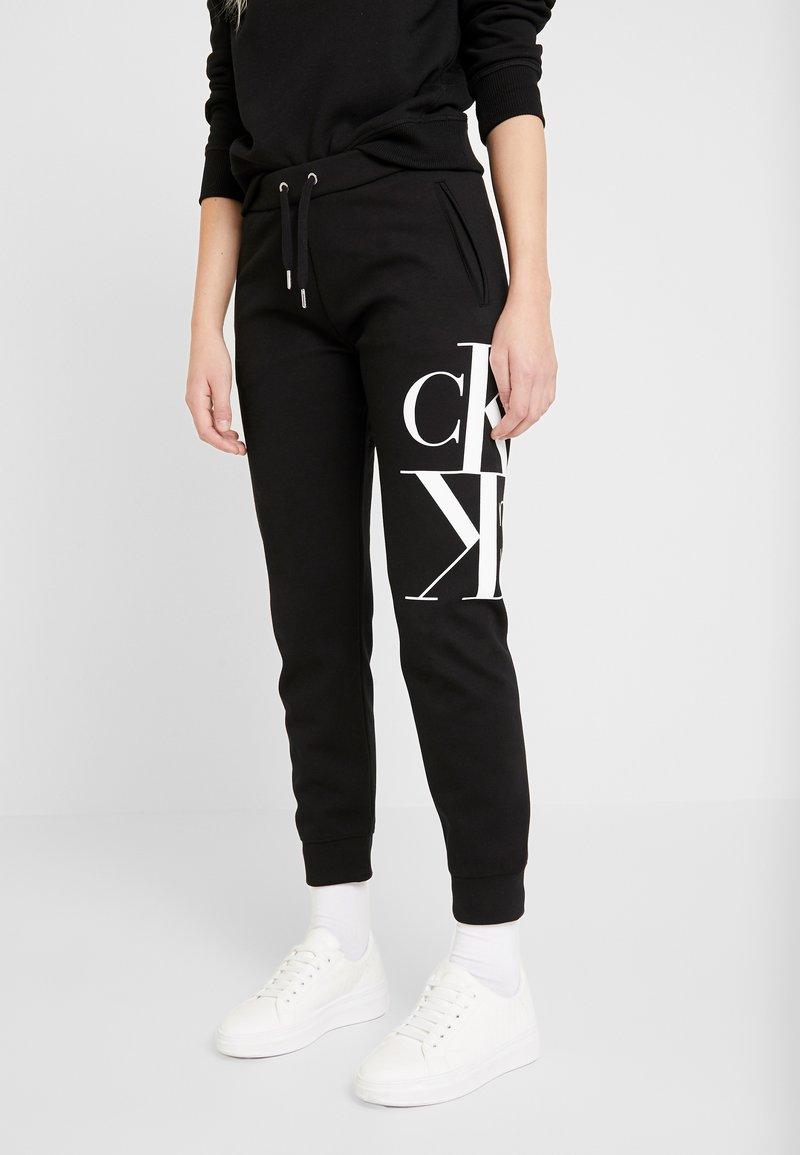 Calvin Klein Jeans - MIRRORED MONOGRAM PANT - Teplákové kalhoty - black