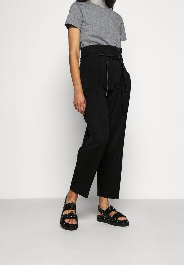 WOOL ORIGAMI PLEAT PANT WITH BELT - Tygbyxor - black
