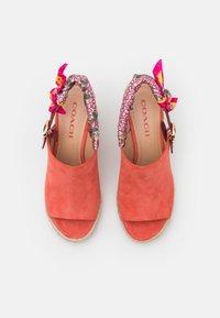 Coach - POPPY WEDGE - Sandály na vysokém podpatku - bright salmon - 5