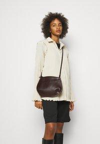Little Liffner - PEBBLE CROSSBODY - Across body bag - dark brown - 0