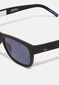 Tommy Jeans - UNISEX - Sluneční brýle - matte black/blue - 3