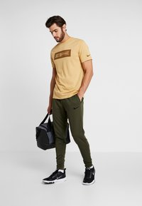 Nike Performance - Jogginghose - cargo khaki/black - 1