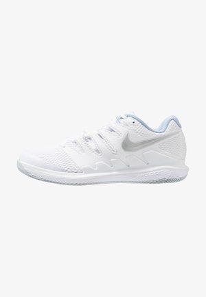 NIKECOURT AIR ZOOM VAPOR X - Multicourt tennis shoes - white/metallic silver/pure platinum/aluminum
