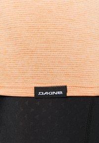 Dakine - CADENCE - Print T-shirt - papaya - 5