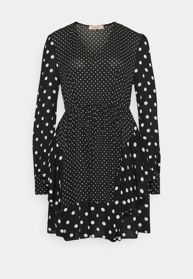 Vestido informal - patch pois nero/neve