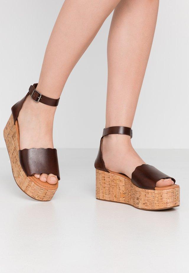 ALLIE - Korkeakorkoiset sandaalit - brown