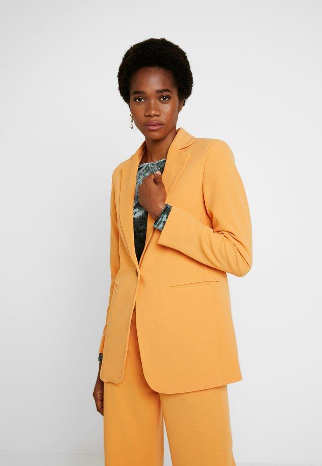 RIBEA - Krótki płaszcz - buckskin
