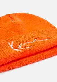 Karl Kani - SIGNATURE FISHERMAN BEANIE UNISEX - Beanie - orange - 2