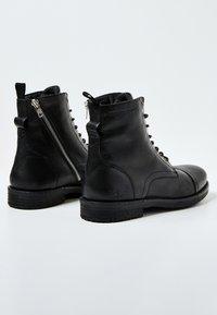Pepe Jeans - TOM CUT PREMIUM - Šněrovací kotníkové boty - black - 3