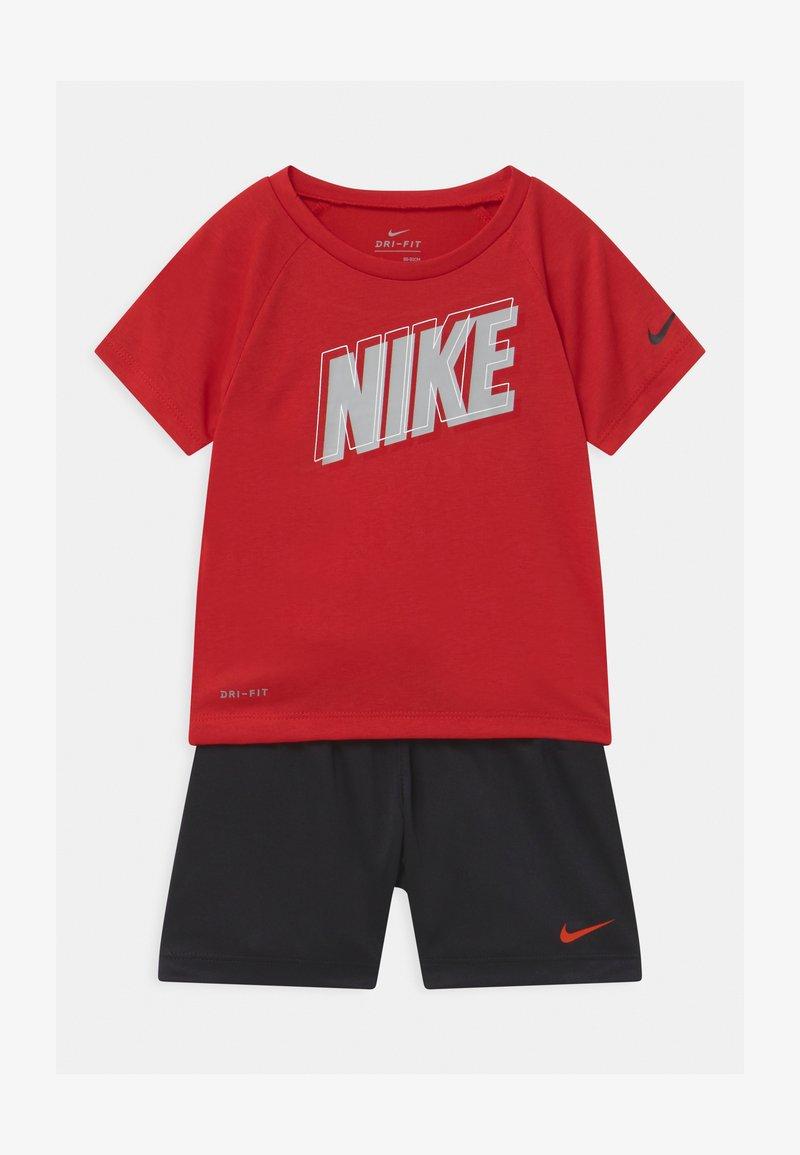 Nike Sportswear - RAGLAN SET  - Print T-shirt - habanero red/black