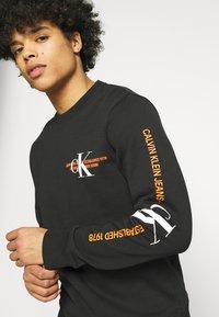 Calvin Klein Jeans - URBAN GRAPHIC LOGO CREW NECK UNISEX - Collegepaita - black - 3