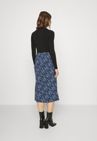 Glamorous - CARE FLORAL PRINTED MIDI SKIRT - A-line skirt - navy blue/ orange - 2