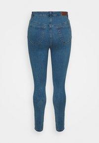 Vero Moda Curve - VMLORAMINA  - Jeans Skinny Fit - medium blue denim - 5