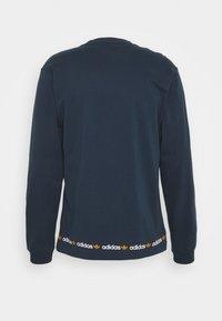 adidas Originals - LINEAR REPEAT ORIGINALS LONG SLEEVE - Long sleeved top - crew navy - 1