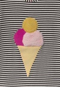 WAUW CAPOW by Bangbang Copenhagen - ICE ICE BABY - Print T-shirt - black/white - 2