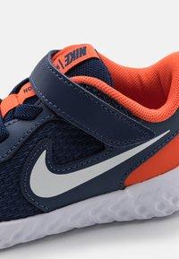 Nike Performance - REVOLUTION 5 UNISEX - Zapatillas de running neutras - midnight navy/white/orange - 5